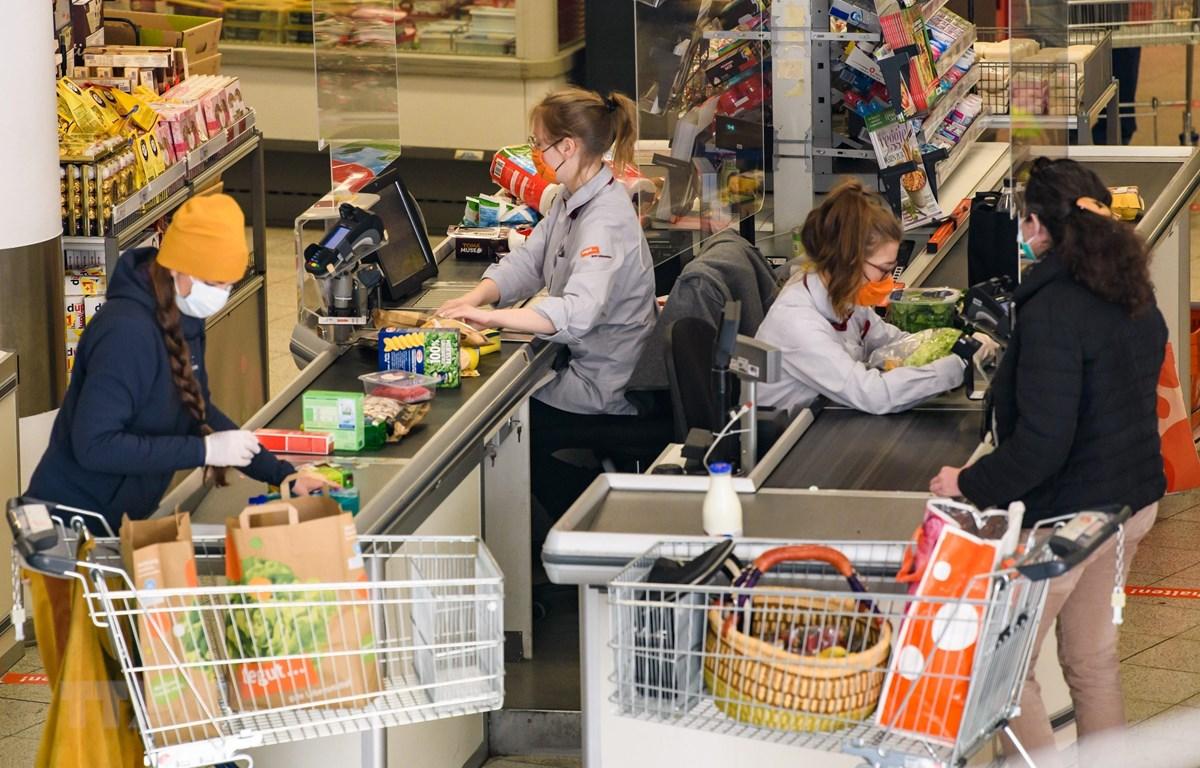 Người dân mua hàng trong siêu thị tại Jena, Đức ngày 6/4/2020 trong bối cảnh dịch COVID-19 lan rộng. (Ảnh: THX/TTXVN)