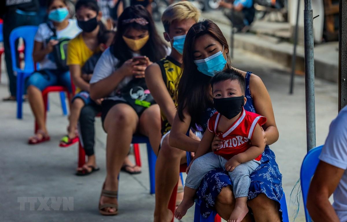 Người dân xếp hàng chờ xét nghiệm COVID-19 tại Manila, Philippines ngày 28/7/2020. (Ảnh: THX/TTXVN)