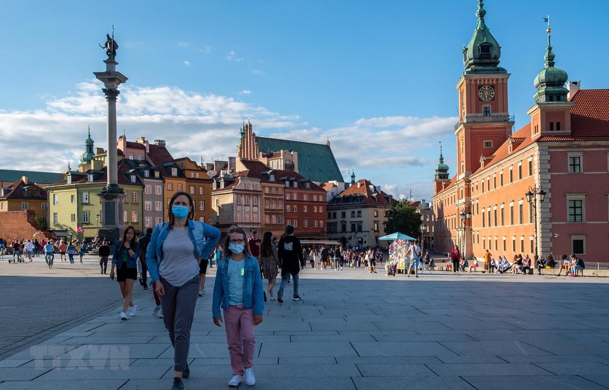 Người dân đeo khẩu trang phòng lây nhiễm COVID-19 tại Warsaw, Ba Lan, ngày 14/6/2020. (Ảnh: THX/ TTXVN)