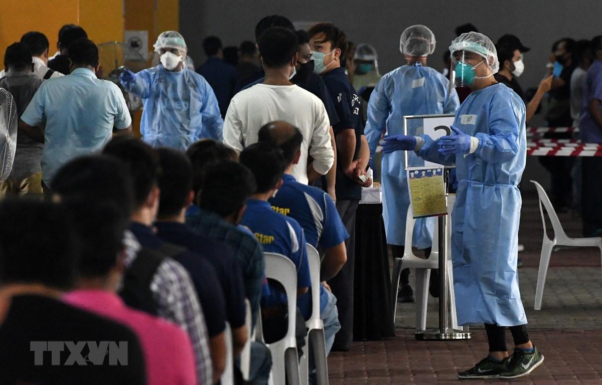 Một điểm xét nghiệm COVID-19 tại Singapore. (Ảnh: AFP/TTXVN)