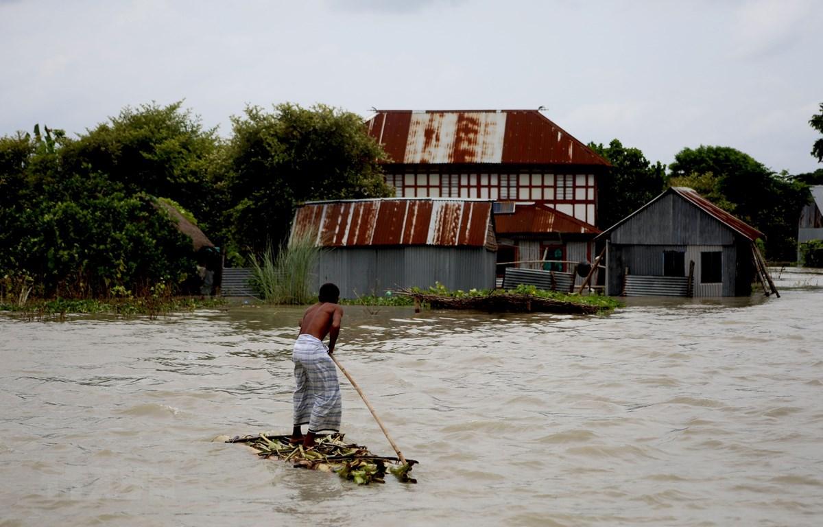 Cảnh ngập lụt do mưa lũ tại Munshiganj, ngoại ô thủ đô Dhaka, Bangladesh ngày 27/7/2020. (Ảnh: THX/TTXVN)