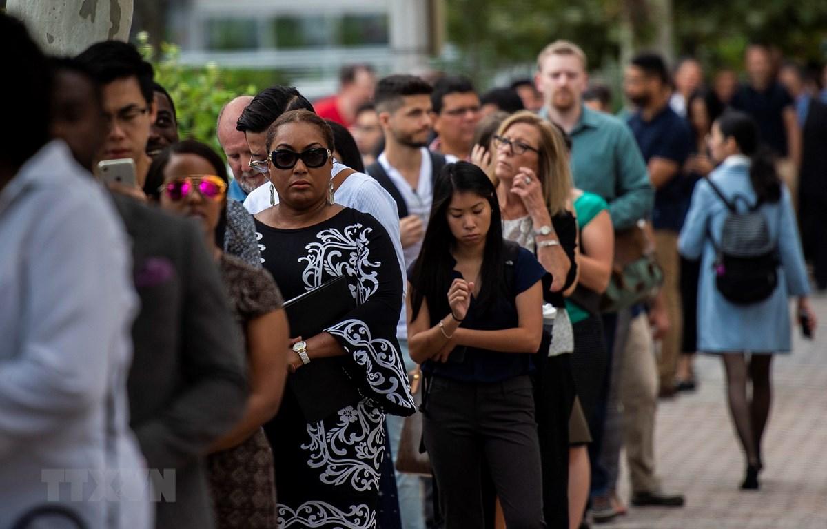 Người dân xếp hàng chờ phỏng vấn xin việc tại thành phố Arlington, bang Virginia, Mỹ. (Ảnh: AFP/TTXVN)