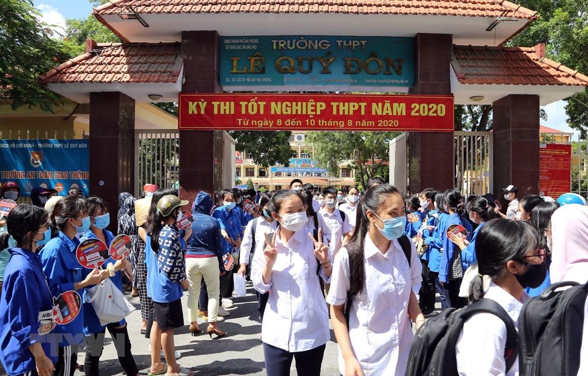 Các thí sinh hoàn thành môn thi Ngữ văn tại điểm thi THPT Lê Quý Đôn thành phố Hải Phòng. (Ảnh: An Đăng/TTXVN)