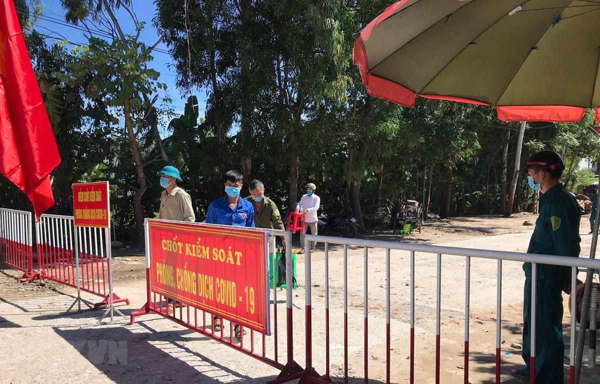 Chính quyền địa phương và ngành Y tế đã bố trí 4 chốt kiểm soát dọc tuyến Quốc lộ 4C thuộc phường Quảng Vinh, địa bàn sinh sống của bệnh nhân số 748 và 2 chốt trên địa bàn xã Quảng Hùng, khu vực có các ca F1 của bệnh nhân này. (Ảnh: Hoa Mai/TTXVN)