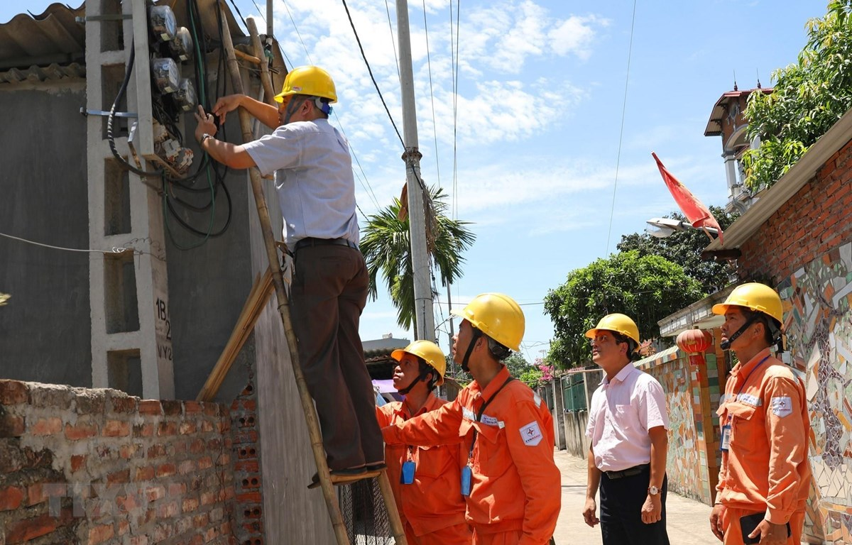 Đại diện Tổng cục Tiêu chuẩn Đo lường Chất lượng kiểm tra chì niêm phong côngtơ khách hàng sử dụng điện tại Công ty Điện lực Mê Linh, Hà Nội .(Ảnh: Ngọc Hà/TTXVN)