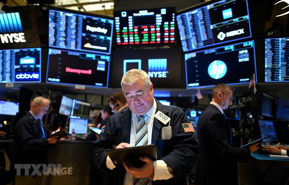 Giao dịch viên tại Sàn giao dịch chứng khoán New York, Mỹ. (Ảnh: AFP/TTXVN)
