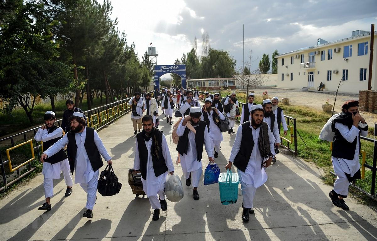 Các tù nhân Taliban được phóng thích khỏi nhà tù Pul-e-Charkhi prison ở ngoại ô thủ đô Kabul, Afghanistan ngày 31/7/2020. (Ảnh: AFP/TTXVN)
