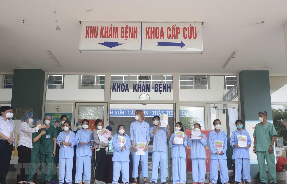 Các bệnh nhân đã khỏi bệnh và được xuất viện ngày 13/8. (Ảnh: Văn Dũng/TTXVN)