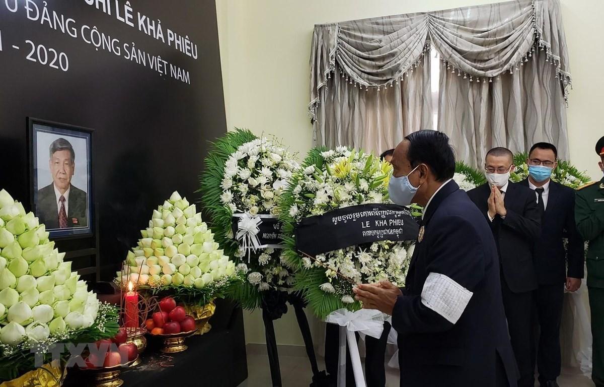 Đoàn Đại biểu Đảng Nhân dân Campuchia (CPP) do ngài Ek Samol, Chủ nhiệm Ủy ban Kiểm tra Trung ương dẫn đầu viếng nguyên Tổng Bí thư Lê Khả Phiêu. (Ảnh: TTXVN)
