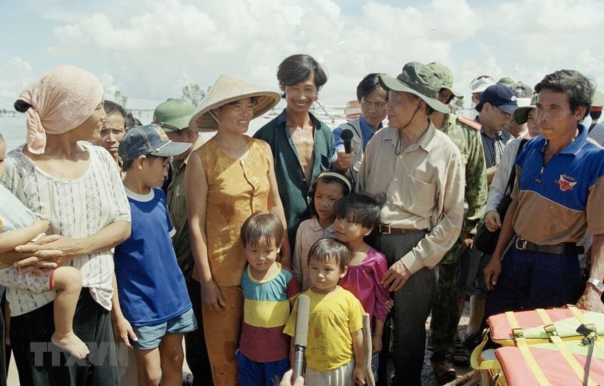 Tổng Bí thư Lê Khả Phiêu thăm đồng bào ấp Hưng Điền B, huyện Tân Hồng (Long An) trong chuyến đi kiểm tra, thị sát và chỉ đạo công tác cứu trợ nhân dân vùng bị lũ lụt và khắc phục hậu quả do lũ lụt gây ra ở các tỉnh đồng bằng sông Cửu Long (27-29/9/2000).