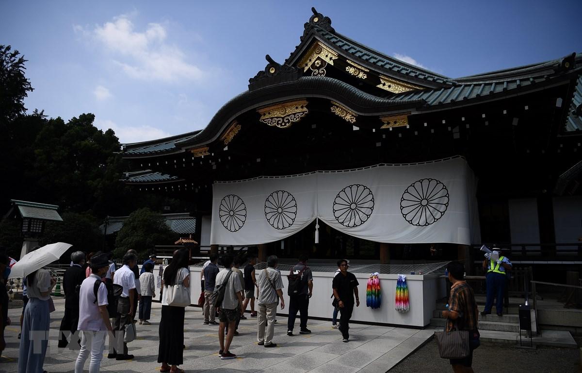 Người dân viếng đền Yasukuni ở Tokyo, Nhật Bản, ngày 15/8/2020. (Ảnh: AFP/TTXVN)