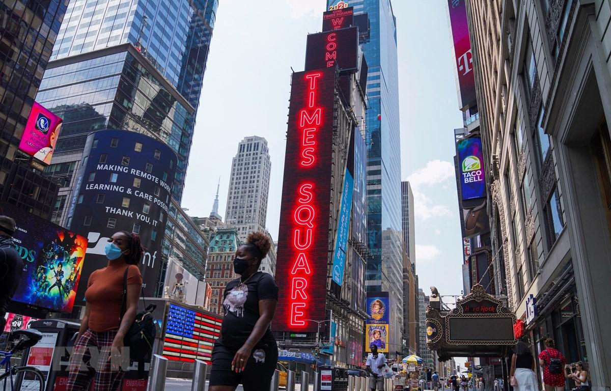 Người dân đeo khẩu trang phòng lây nhiễm COVID-19 tại New York, Mỹ, ngày 9/8/2020. (Ảnh: THX/TTXVN)