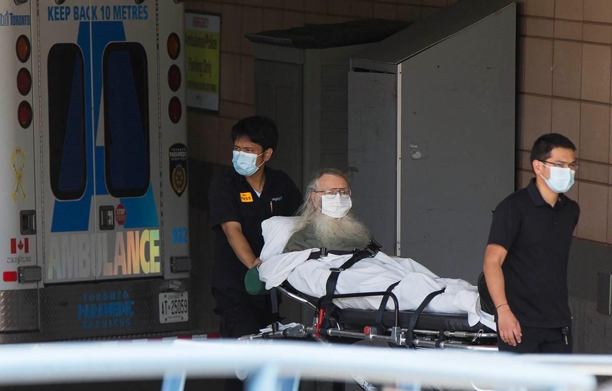 Chuyển bệnh nhân mắc COVID-19 tới bệnh viện tại Toronto, Canada, ngày 20/7/2020. (Ảnh: THX/TTXVN)