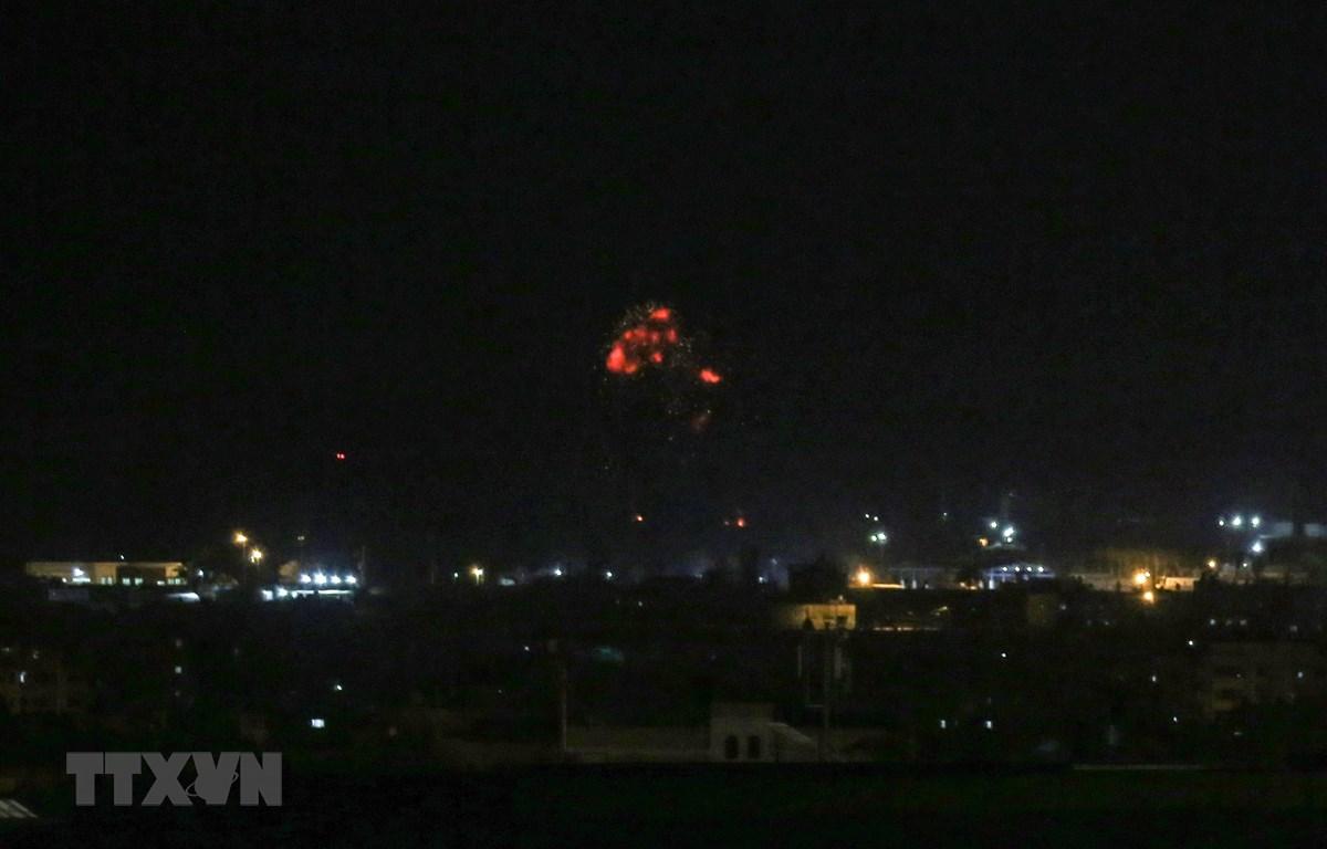 Khói lửa bốc lên sau một vụ không kích của quân đội Israel xuống thành phố Rafah ở Dải Gaza ngày 18/8/2020. (Ảnh: AFP/TTXVN)
