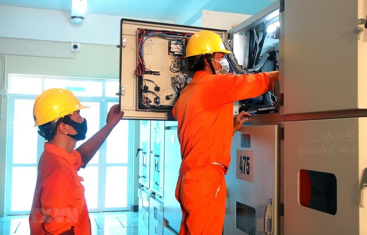 Công nhân kỹ thuật kiểm tra các thiết bị để đóng điện tại Trạm biến áp Sông Cầu, tỉnh Phú Yên. (Ảnh: Xuân Triệu/TTXVN)