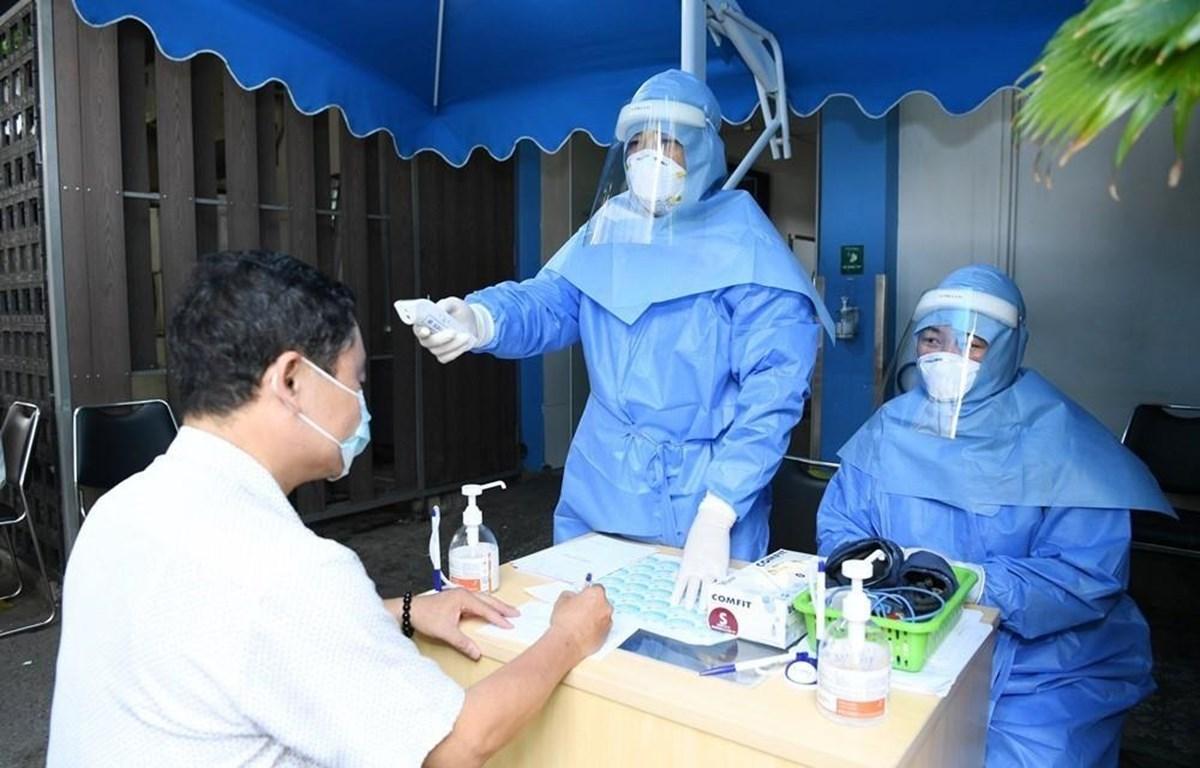 Khám sàng lọc cho người dân đến khám bệnh tại Bệnh viện Đại học Y dược Thành phố Hồ Chí Minh. (Ảnh: Đinh Hằng/ TTXVN)