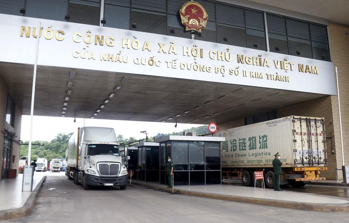 Các xe container chờ làm thủ tục xuất khẩu hàng nông sản tại cửa khẩu quốc tế đường bộ số II Kim Thành. (Ảnh: Quốc Khánh/TTXVN)