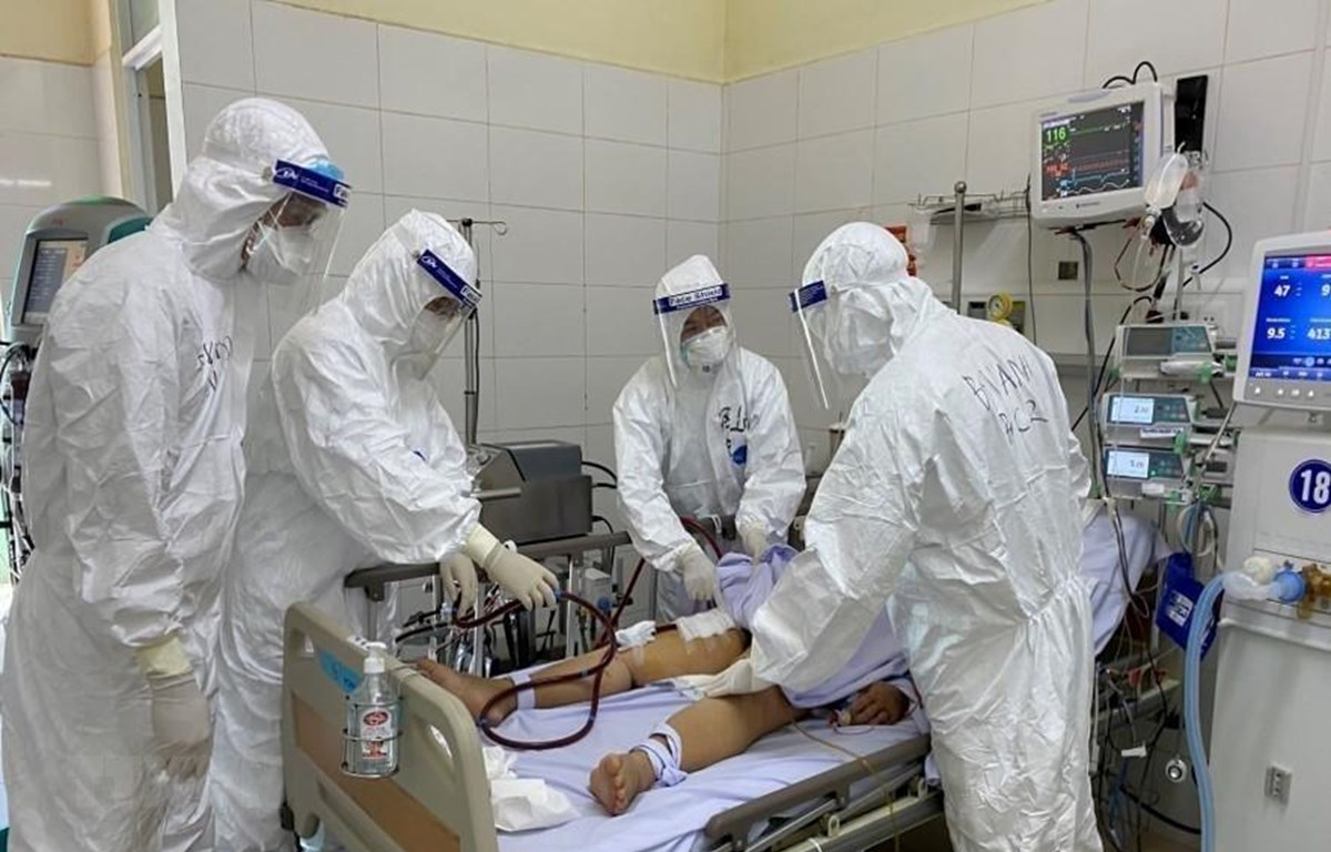 Các bác sỹ bệnh viện Phổi Đà Nẵng chữa trị cho bệnh nhân COVID-19. (Ảnh: TTXVN)