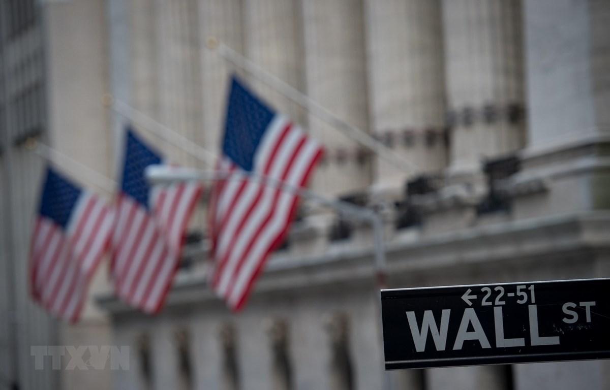 Biển tên phố Wall gần Sàn giao dịch chứng khoán New York, Mỹ. (Ảnh: AFP/TTXVN)