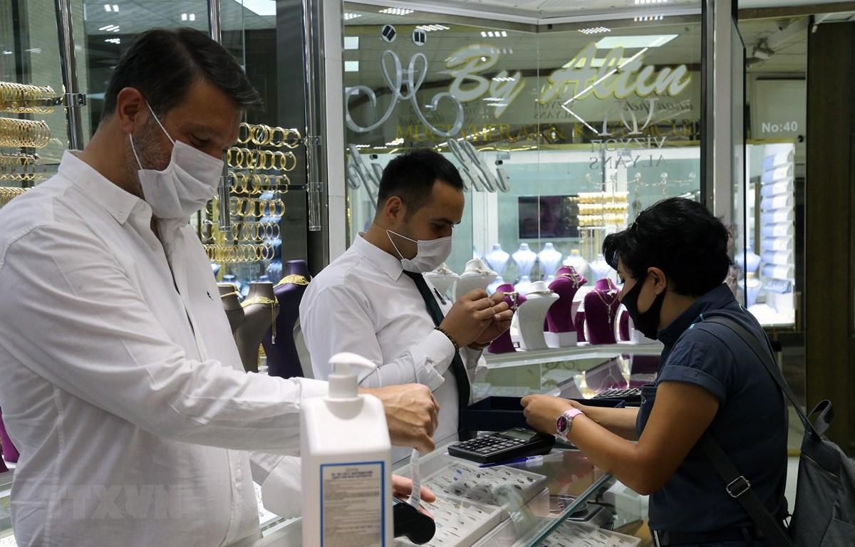 Người dân mua trang sức tại một cửa hàng vàng ở Ankara, Thổ Nhĩ Kỳ. (Ảnh: THX/ TTXVN)