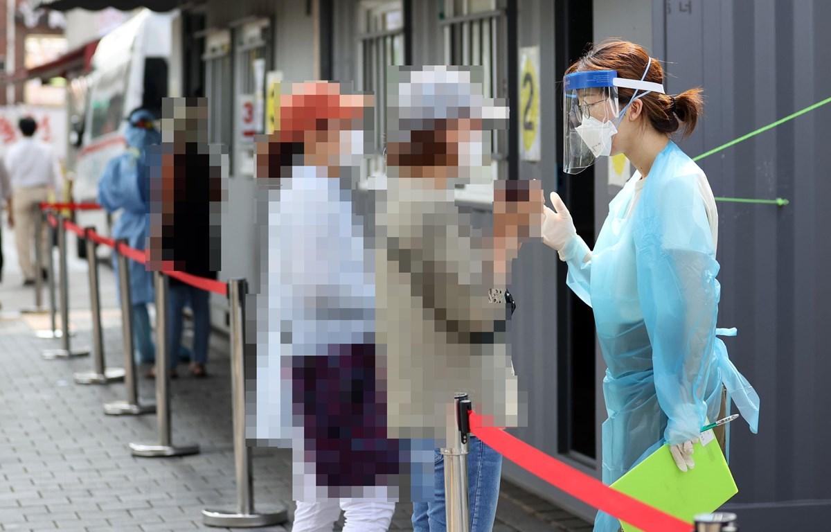 Người dân chờ xét nghiệm COVID-19 tại Seoul, Hàn Quốc ngày 17/8/2020. (Ảnh: Yonhap/ TTXVN)