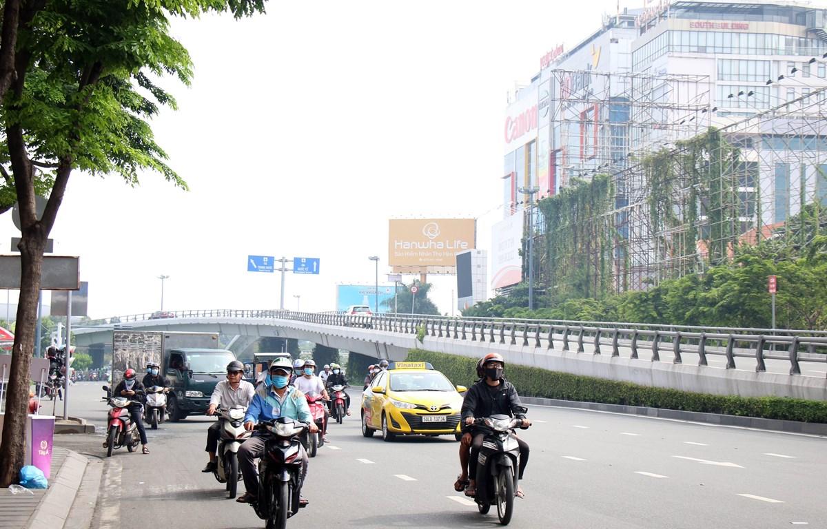 Người dân di chuyển trên đường phố Thành phố Hồ Chí Minh. (Ảnh: Tiến Lực/TTXVN)