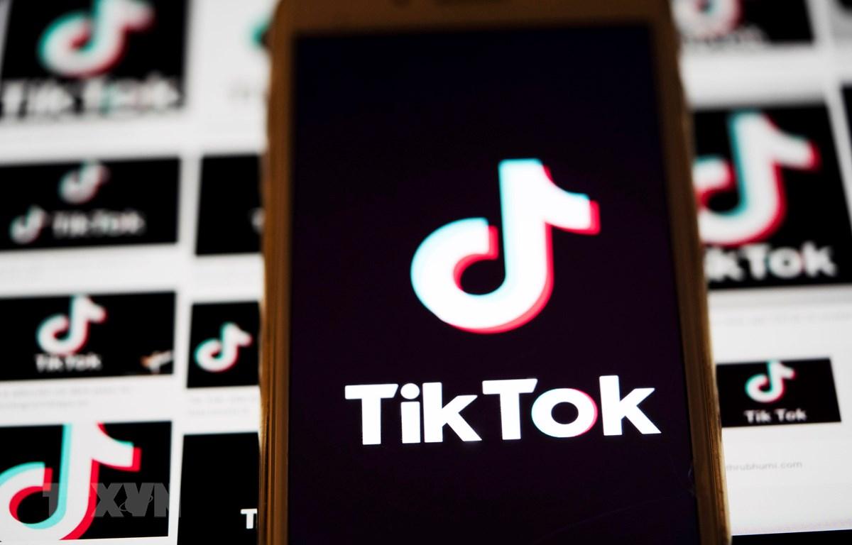 Biểu tượng TikTok trên một màn hình điện thoại ở Arlington, bang Virginia, Mỹ. (Ảnh: THX/TTXVN)