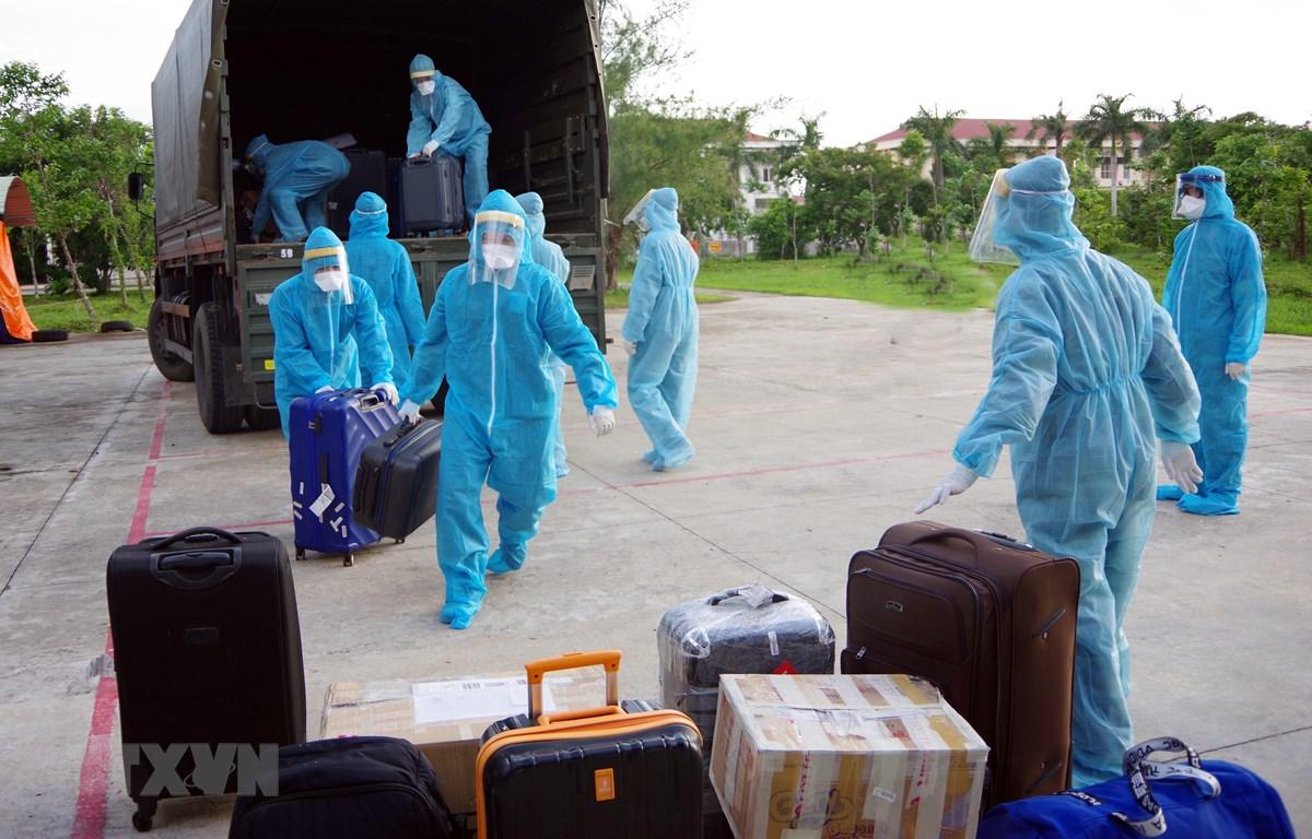 Các công dân Việt Nam từ nước ngoài trở về được đưa đi cách ly tập trung theo quy định phòng chống dịch COVID-19. (Ảnh: Trung Hiếu/TTXVN)