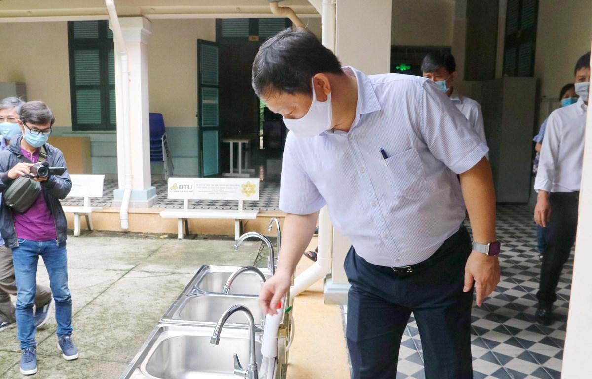 Phó Chủ tịch UBND thành phố Hồ Chí Minh Dương Anh Đức kiểm tra khu vực rửa tay, sát khuẩn tại trường THPT chuyên Trần Đại Nghĩa, quận 1. (Ảnh: Thu Hương/TTXVN)