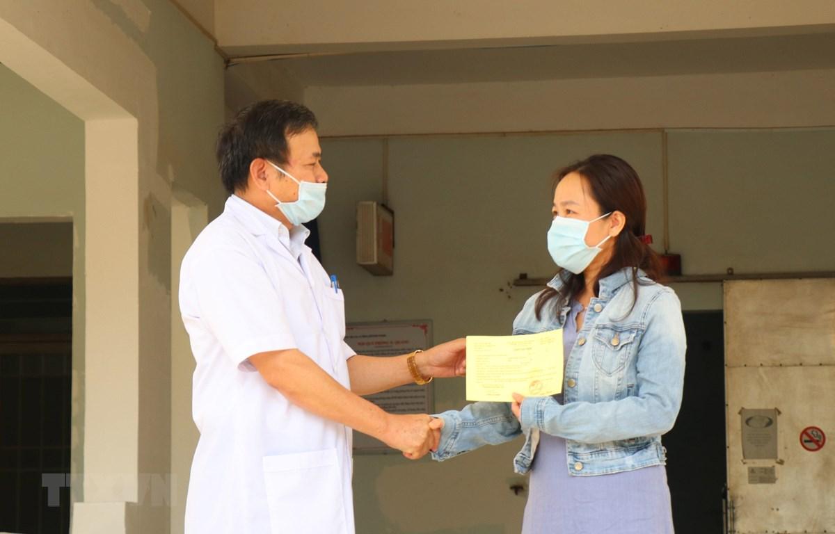 Tiến sỹ-bác sỹ Châu Đương, Giám đốc Bệnh viện Lao và bệnh phổi tỉnh Đắk Lắk trao giấy xuất viện cho bệnh nhân 601. (Ảnh: Tuấn Anh/TTXVN)