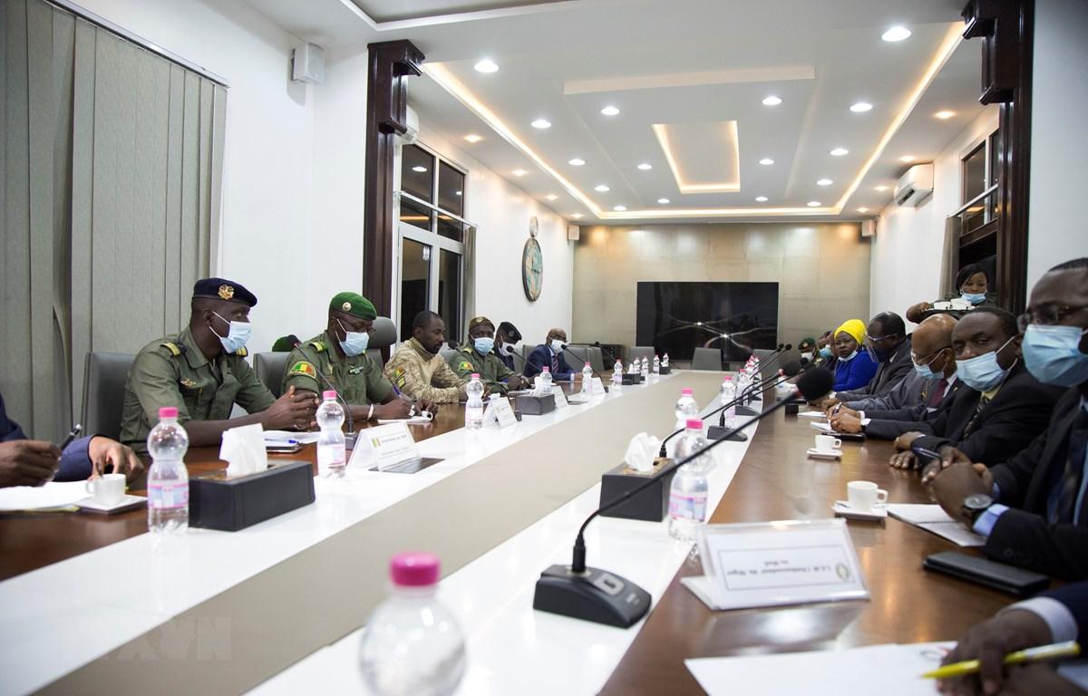 Các nhà lãnh đạo quân đội Mali (trái) và phái đoàn ECOWAS (phải) tại cuộc đàm phán ở Bamako, Mali ngày 22/8/2020. (Ảnh: AFP/TTXVN)