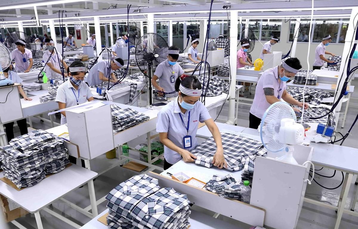 Công ty TNHH KH Vina ở KCN Bỉm Sơn, Thanh Hóa, chuyên may gia công sản phẩm quần áo bảo hộ lao động và áo sơ mi xuất khẩu sang thị trường Hàn Quốc. (Ảnh: Vũ Sinh/TTXVN)