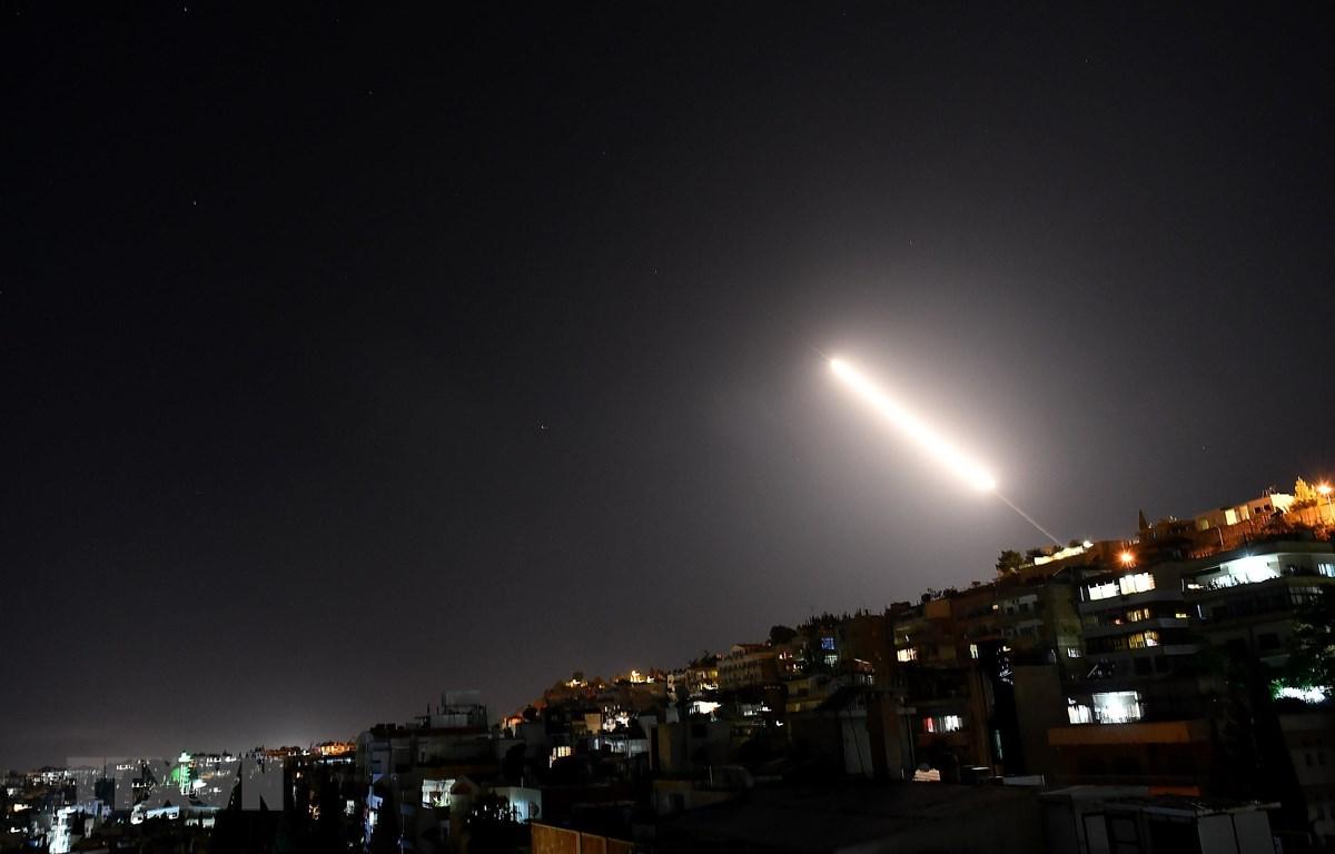 Hệ thống phòng không Syria đánh chặn các tên lửa của Israel tại thủ đô Damascus ngày 20/7/2020. (Ảnh: THX/TTXVN)