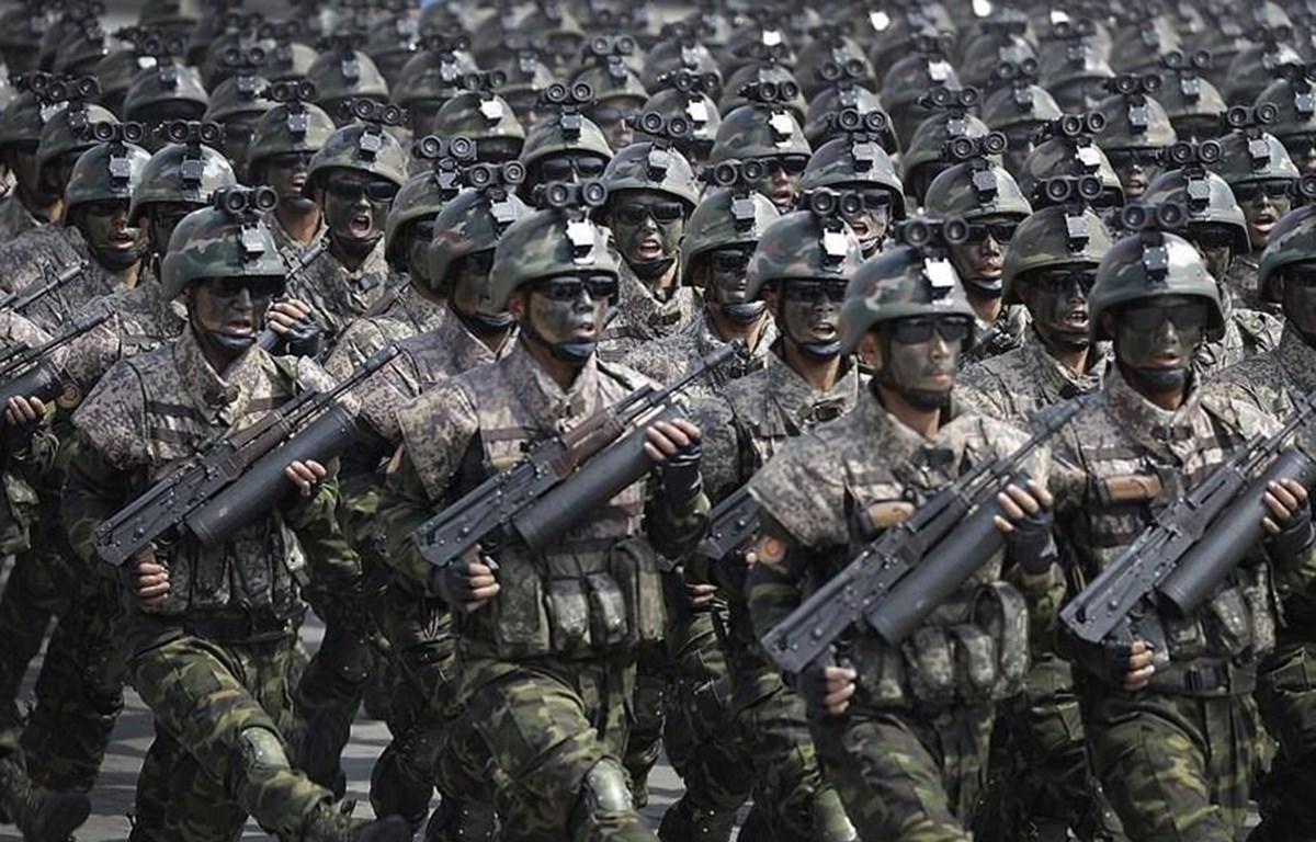 Binh lính Triều Tiên duyệt binh tại quảng trường Kim Nhật Thành trong lễ kỷ niệm 105 năm ngày sinh cố Chủ tịch Kim Nhật Thành, ngày 15/4/2017. (Nguồn: Reuters)