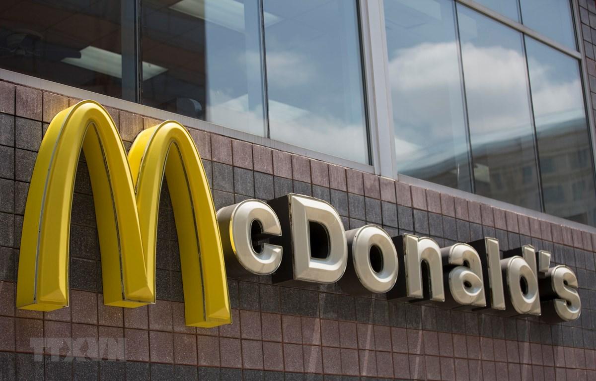 Biểu tượng của McDonald bên ngoài một nhà hàng ở Washington, DC, Mỹ. (Ảnh: AFP/TTXVN)
