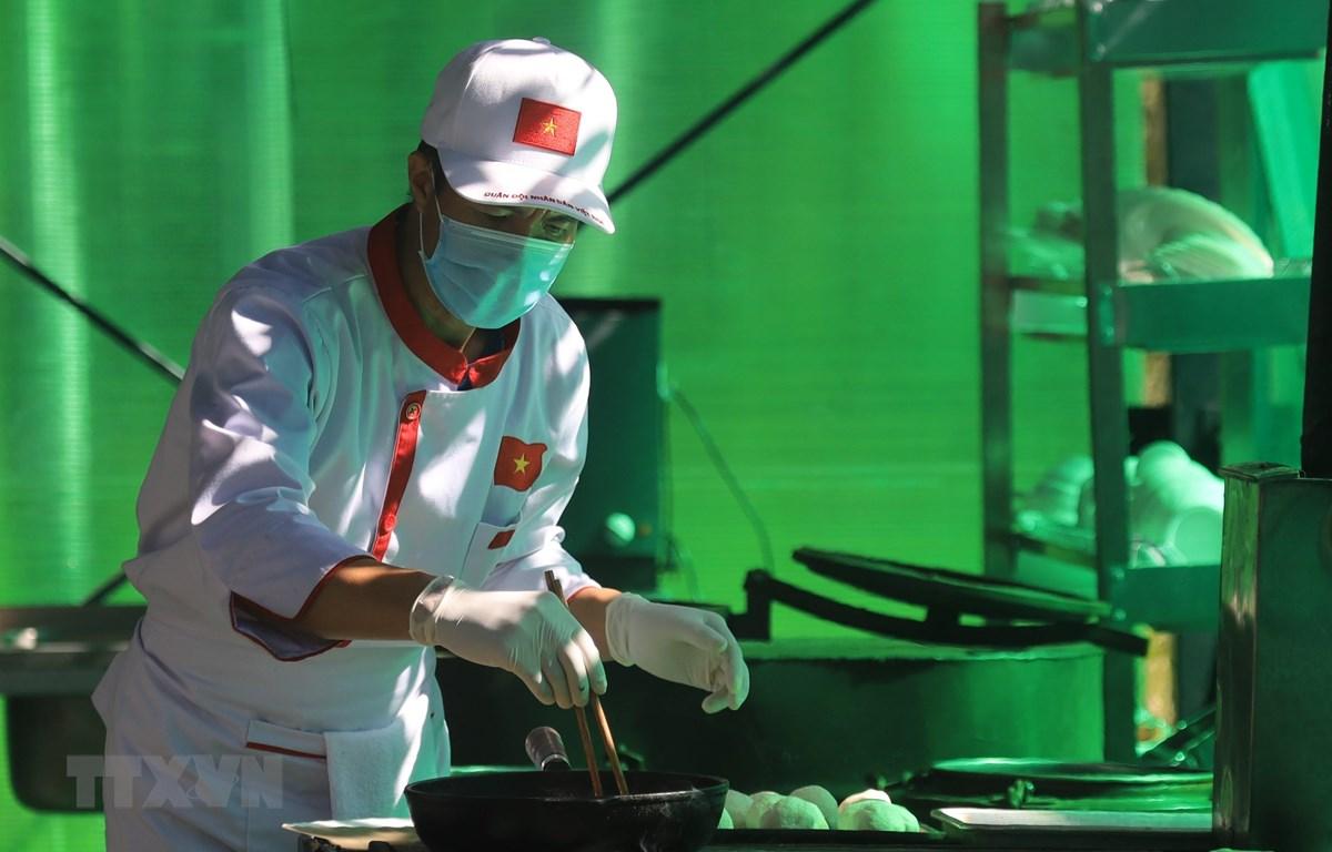 """""""Anh nuôi"""" Trần Đăng Việt (Học viện Hậu cần) trổ tài chế biến món ăn tại cuộc thi Bếp dã chiến của Army Games 2020. (Ảnh: Trần Hiếu/TTXVN)"""