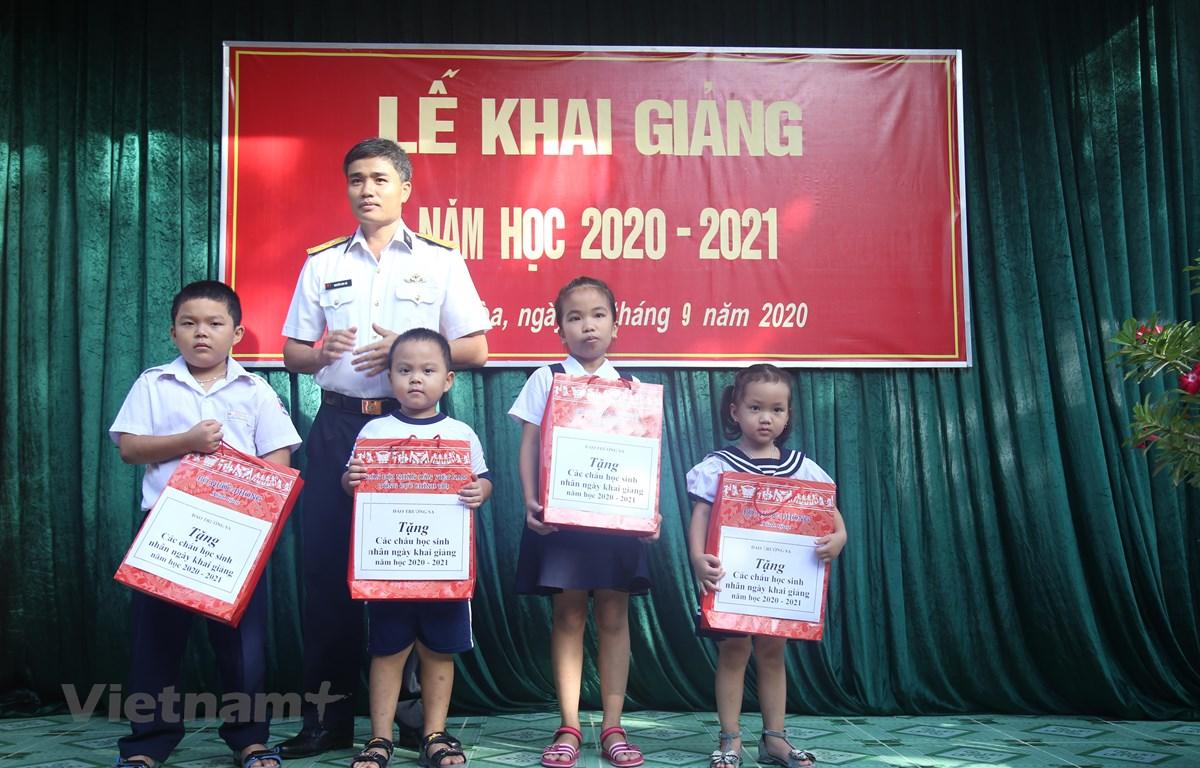 Đại diện chỉ huy đảo Trường Sa tặng quà các cháu học sinh nhân dịp Năm học mới. (Ảnh Phan Sáu/Vietnam+)