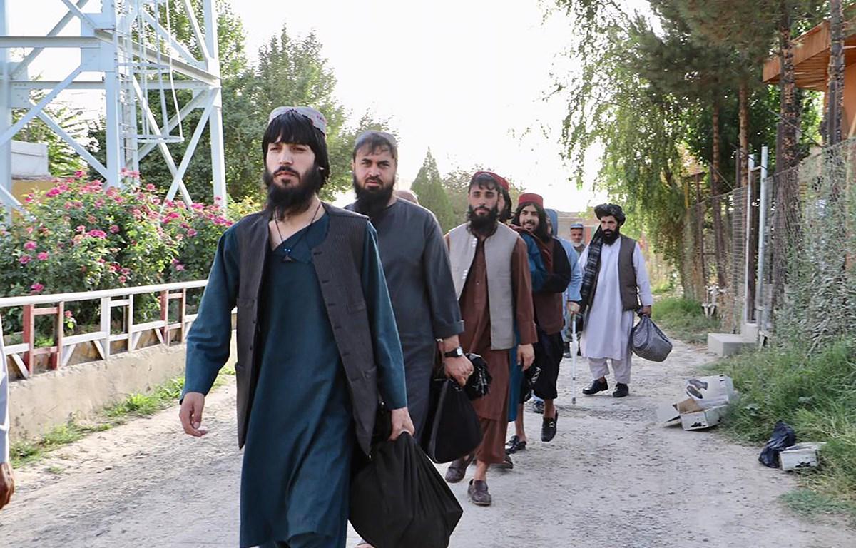 Tù nhân Taliban sau khi được trả tự do khỏi nhà tù Pul-e-Charkhi, ngoại ô Kabul, Afghanistan, ngày 13/8/2020. (Ảnh: AFP/TTXVN)