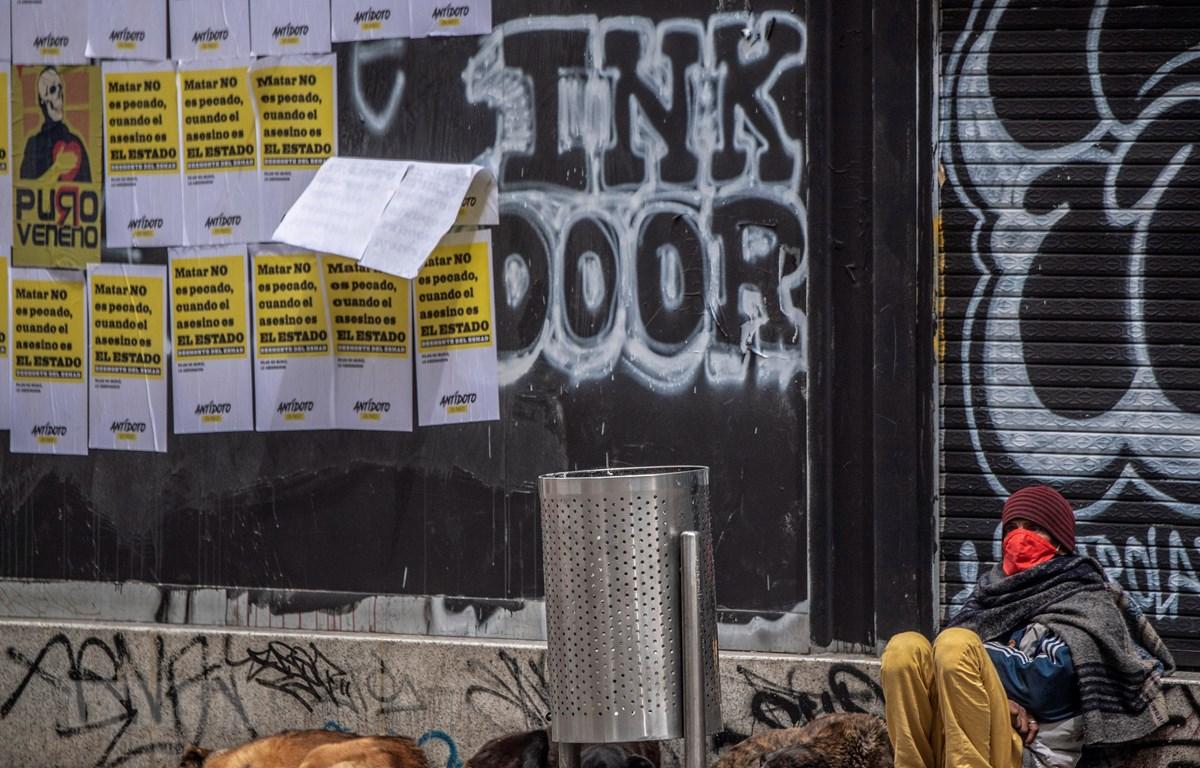 Người vô gia cư trên một đường phố ở Bogota, Colombia, ngày 8/6/2020. (Ảnh: AFP/TTXVN)