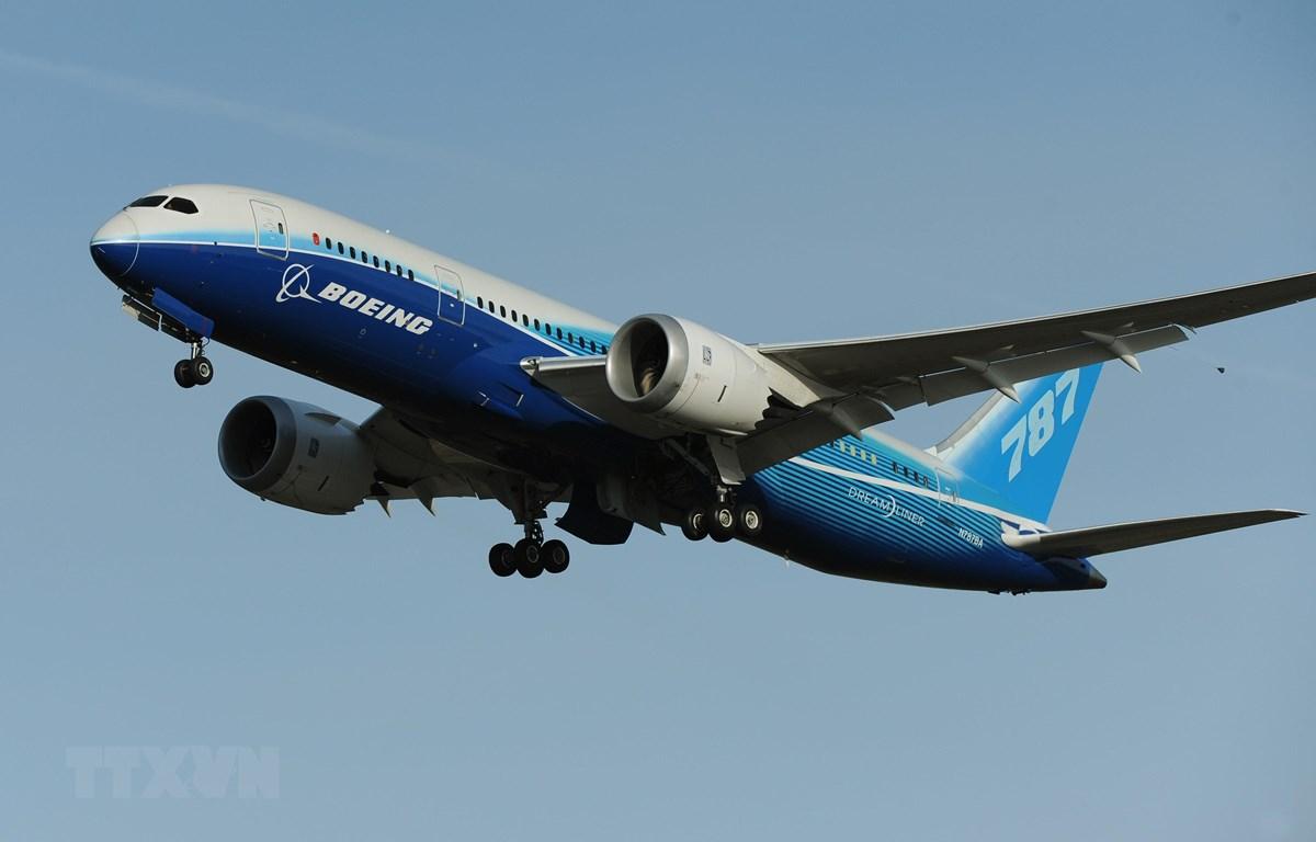 Máy bay 787 Dreamliner của hãng Boeing thực hiện chuyến bay thử nghiệm tại nhà máy ở Everett, bang Washington, Mỹ, ngày 20/3/2011. (Ảnh: AFP/TTXVN)