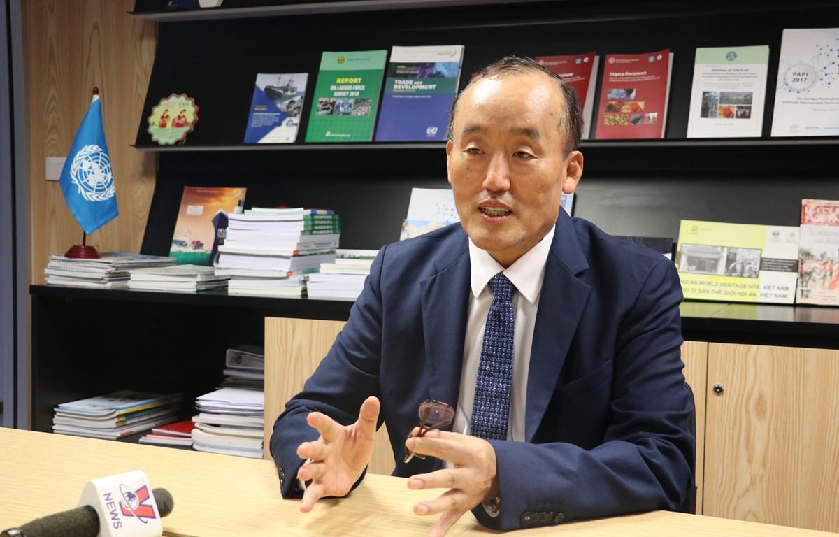 Tiến sỹ Kidong Park, Trưởng Đại diện Tổ chức Y tế Thế giới (WHO) tại Việt Nam trả lời phỏng vấn phóng viên TTXVN. (Ảnh: Diệp Trương/TTXVN)