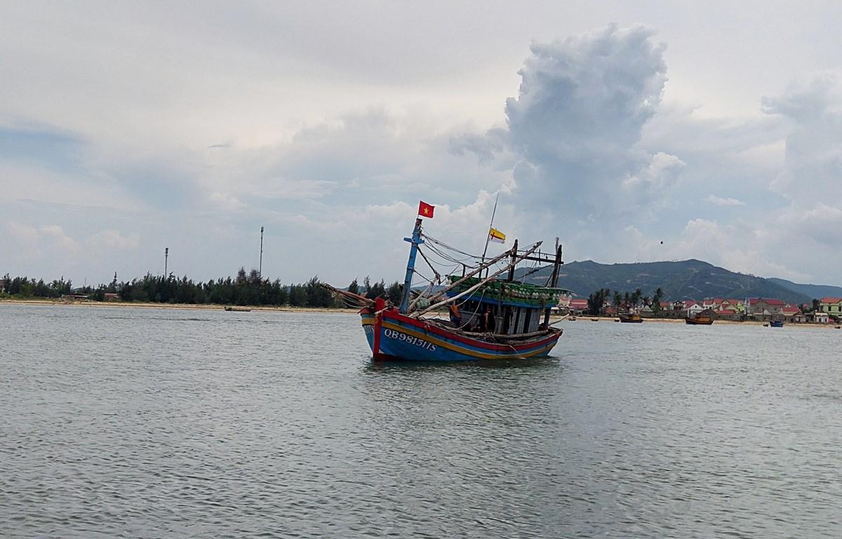 Lai dắt một tàu cá gặp nạn vào bờ an toàn. (Ảnh minh họa: Võ Dung -TTXVN)