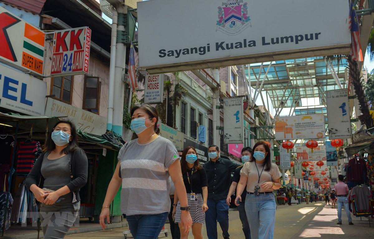 Người dân đeo khẩu trang phòng lây nhiễm COVID-19 tại Kuala Lumpur, Malaysia, ngày 24/7/2020. (Ảnh: THX/TTXVN)