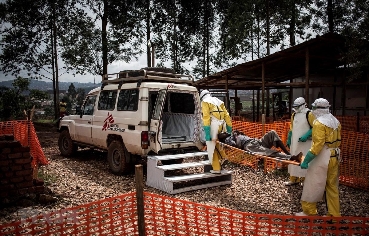 Nhân viên y tế chuyển bệnh nhân nhiễm virus Ebola lên xe cứu thương tại Butembo, CHDC Congo. (Ảnh: AFP/TTXVN)
