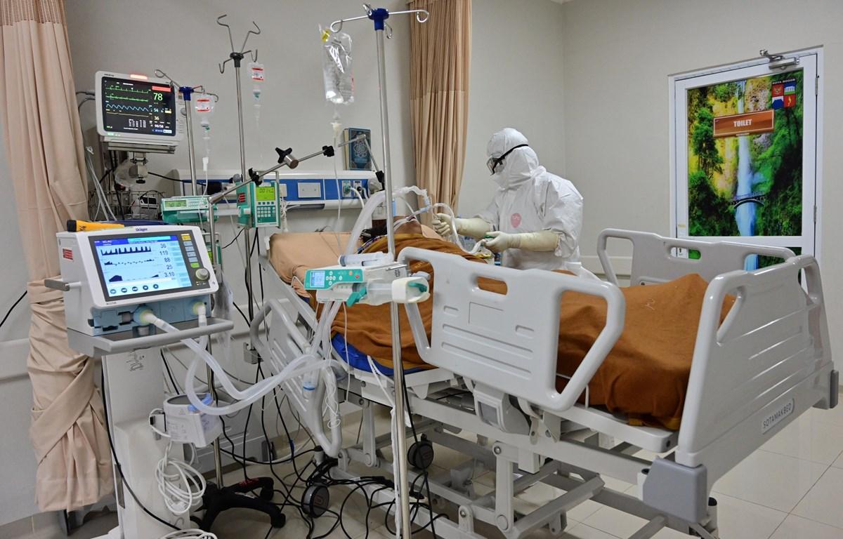 Điều trị cho bệnh nhân nhiễm COVID-19 tại Bogor, Tây Java, Indonesia. (Ảnh: AFP/TTXVN)