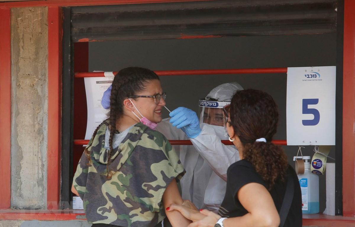 Nhân viên y tế lấy mẫu dịch xét nghiệm COVID-19 cho người dân tại Rishon Letsiyon, Israel ngày 6/9/2020. (Ảnh: THX/TTXVN)