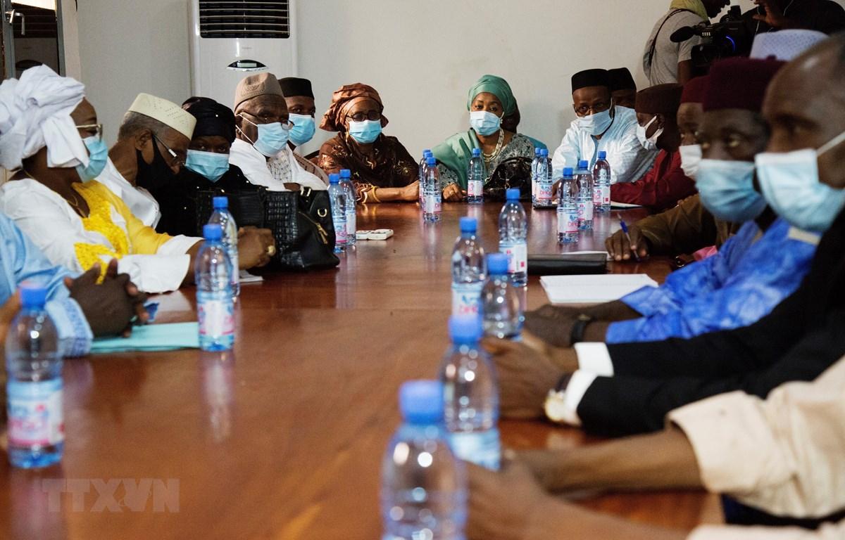 Phái đoàn M5-REP trước cuộc họp với các sĩ quan quân đội thuộc nhóm tự xưng Ủy ban quốc gia bảo vệ người dân (CNSP) tại căn cứ quân sự Kati, gần thủ đô Bamako, Mali ngày 26/8/2020. (Ảnh: AFP/TTXVN)