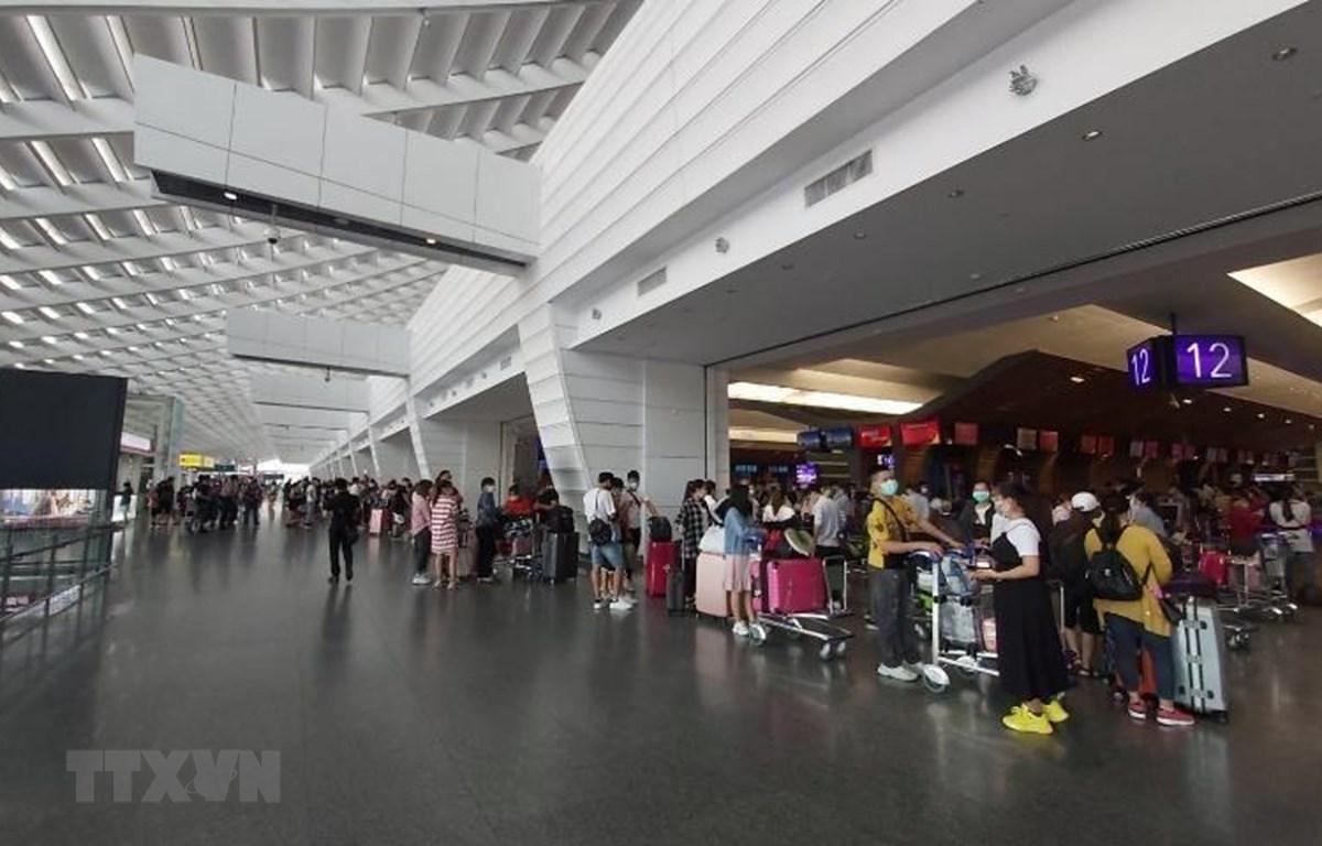 Hành khách làm thủ tục tại Sân bay Quốc tế Cam Ranh. (Ảnh: TTXVN phát)