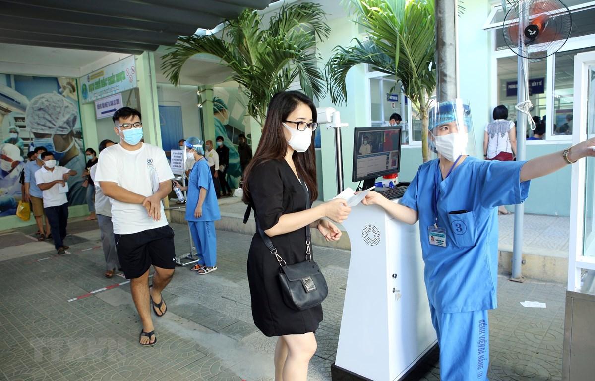 Hướng dẫn người dân đến khám bệnh tại Bệnh viện Đà Nẵng. (Ảnh: Trần Lê Lâm/TTXVN)