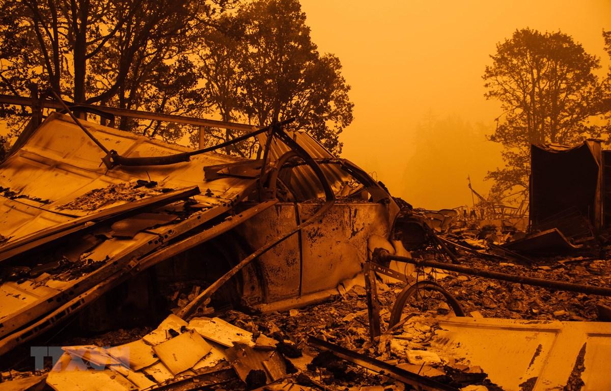 Bầu trời khu vực Gates, Oregon bao phủ bởi màu cam của khói lửa cháy rừng ngày 10/9/2020. (Ảnh: AFP/TTXVN)